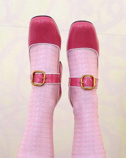 Socken halten auf Reisen warm und können als stilsicher gewähltes Accessoire für Herren und Damen auch ein Fashion Statement sein. GloriousMe gibt Tipps, wie man Socken und Schuhe am besten kombiniert.